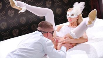Сексуальная Катрин Текила облачилась в костюм и получила страстный трах