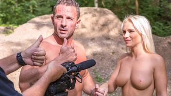 Страстная блондиночка занялась сексом на камеру посреди густого леса