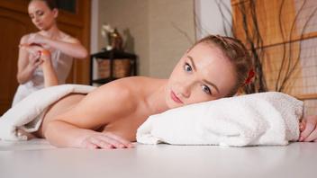 Жирный лесбийский секс на массажном столе