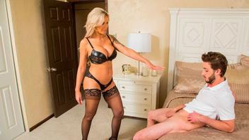 Прекрасная блондинка с большими сиськами тащится от члена своего пасынка