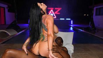 Шикарная красотка Роми Рейн прыгает на толстом черном члене и кайфует