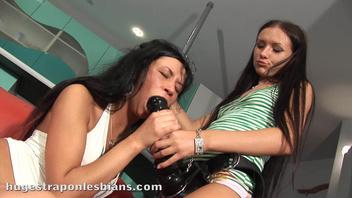 Две подружки любят страпон (Liana B)