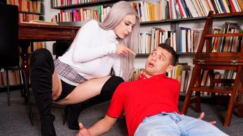 Молодая похотливая пара не удержалась от страстного секса в библиотеке
