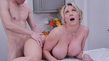 Зрелая блондинка Ди Уильямс получила на кухне толстый член в киску