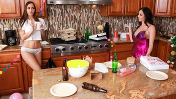 Две шикарные страстные брюнетки удовлетворили друг друга язычками на кухне