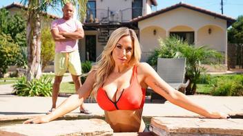 Возле бассейна шикарная блондинка Оливия Остин получила в дырочки черный член
