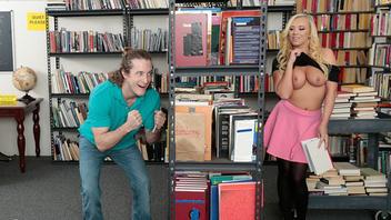 Бэйли Брук наслаждается страстным сексом в публичной библиотеке