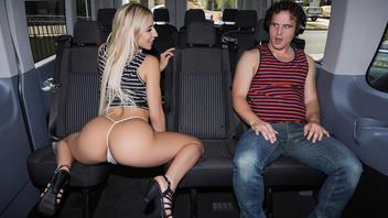 Жопастая блондиночка не против получить в машине твердый мужской член