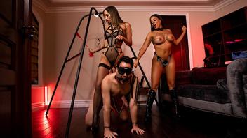 Две горячие страстные брюнетки доминируют над послушным молодым рабом