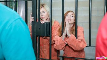 Две сексуальные арестантки решили дырочками выкупить свое освобождение