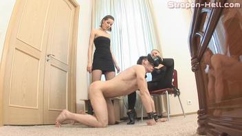 Ирина Бруни (Irina Bruni) трахает  страпоном своего раба №1