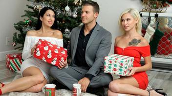 На Рождество две страстные подружки подарили парню страстную групповушку