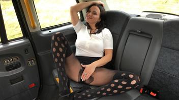 Таксист встретил знакомую клиентку и жарко трахнул ее в своей машине