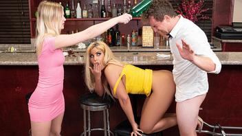 Молодая похотливая пара занимается страстным сексом прямо в местном баре
