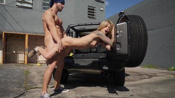 Страстная ненасытная молодая парочка занимается жарким сексом на улице