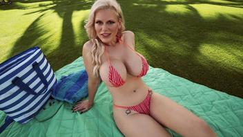 Блондинка Каска Акашова с огромными сиськами всегда готова трахаться