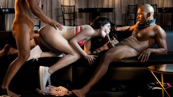 Эвелин Клэр развлекается с двумя горячими парнями и принимает их члены