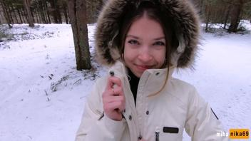 Девушка обожает трахаться на улице и ее не смогла остановить даже зима