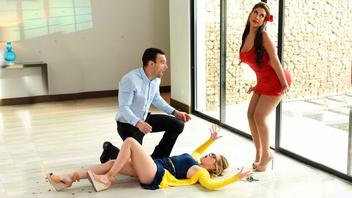 Сексуальная преподша по танцам скачет на большом члене своего женатого клиента