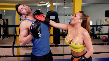После тренировки по боксу молодая красотка занялась сексом со своим тренером