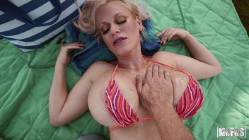 Блондинка с огромным сиськами Каска Акашова заполучила в свою киску длинный член