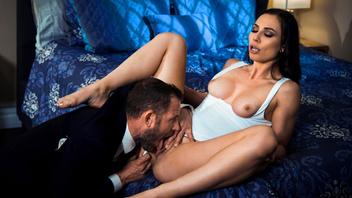 Аидра Фокс и Скотт Нэйлс страстно трахаются на кровати и кайфуют от тел друг друга