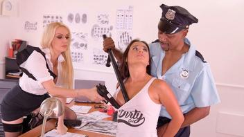 Молодая брюнеточка жарко трахнута похотливыми копами в полицейском участке