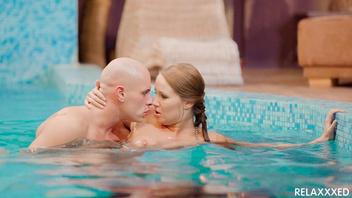В бассейне молодая венгерская красотка развлекается со страстным лысым парнем