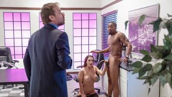 Эбигейл Мак в черном эротическом белье трахается с похотливым негром