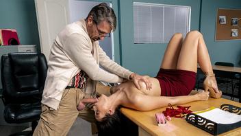Молодая жаркая брюнетка Белла Ролланд трахается со взрослым похотливым мужчиной