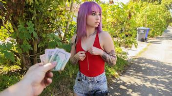 За деньги девушка с татуировками и фиолетовыми волосами готова трахаться и сосать член