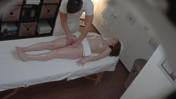 Брюнетка пришла на массаж и получила на столе твердый член массажиста