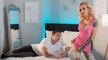 Татуированная сисястая блондинка Сара Джеси получила в киску толстый член