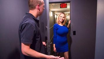 Сисястая молодая блондинка Кэти Кокс трахается в отеле с ненасытным парнем
