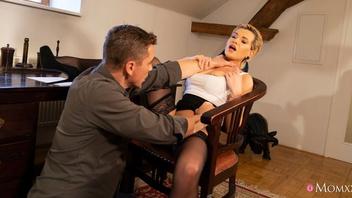 Короткостриженная зрелая блондинка в черных чулках любит жарко потрахаться