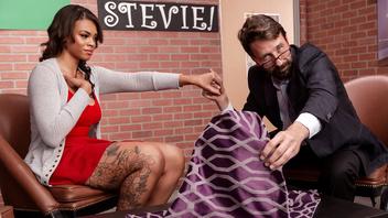 Татуированная мулаточка получила в рот толстый член похотливого парня