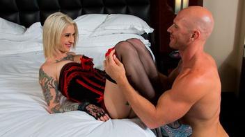 Татуированная страстная дамочка Клео Валентайн трахается на кровати с лысым парнем