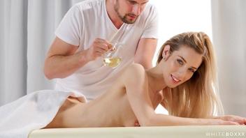 У молодой стройной блондинки случился расслабляющий массаж и жаркий трах