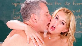 Шикарная блондиночка Лекси Белл трахается со своим похотливым преподом