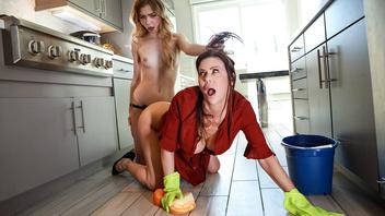 Похотливая блондинка на кухне сквиртует от страпона своей горячей любовницы