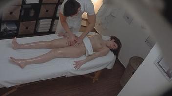 Прекрасная стройная брюнетка наслаждается руками похотливого массажиста