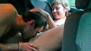 Страстная похотливая парочка трахается в машине и получает удовольствие