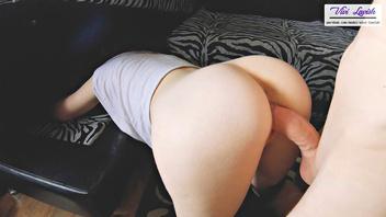 Жена притворилась, что застряла в диване, чтобы я трахнул ее по-собачьи