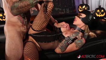 Татуированный страстный мужчина жестко трахает Сара Джеси в костюме женщины кошки