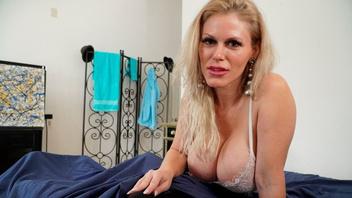 Каска Акашова решила жарко отсосать своему ненасытному пасынку