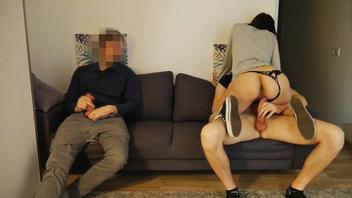 Он поделился своей молодой девушкой с другом на вечеринке