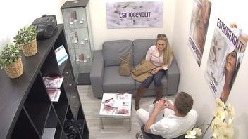 Стройная молодая блондинка трахается в офисе с похотливым парнем