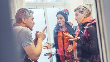 Сабил Арч и Дженнифер Мендес в общаге развлекаются с молодым парнем
