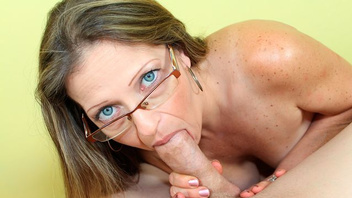 Зрелая дамочка в очках страстно отсасывает длинный член своего пасынка