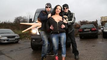Немецкая темноволосая девушка развлекается в машине с членом своего нового любовника